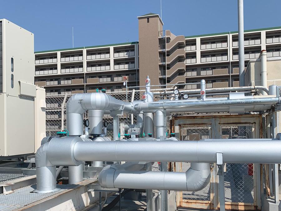 ビルの屋上に設置されたダクトに保温工事を実施した例